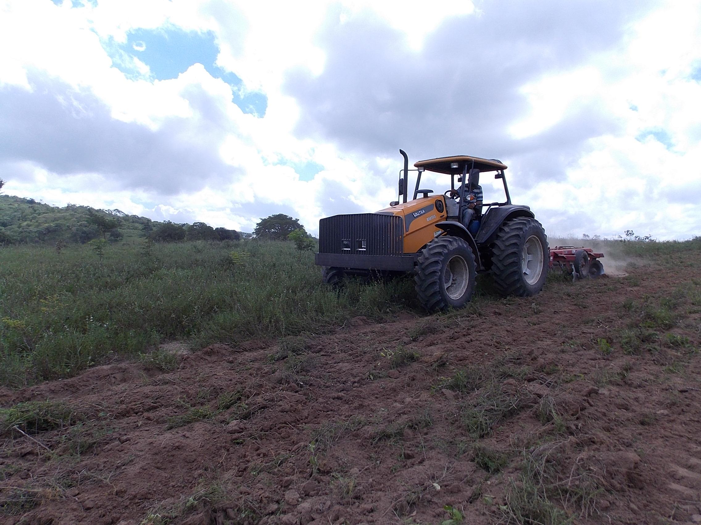Projeto de aração de terras chega à Zona Rural