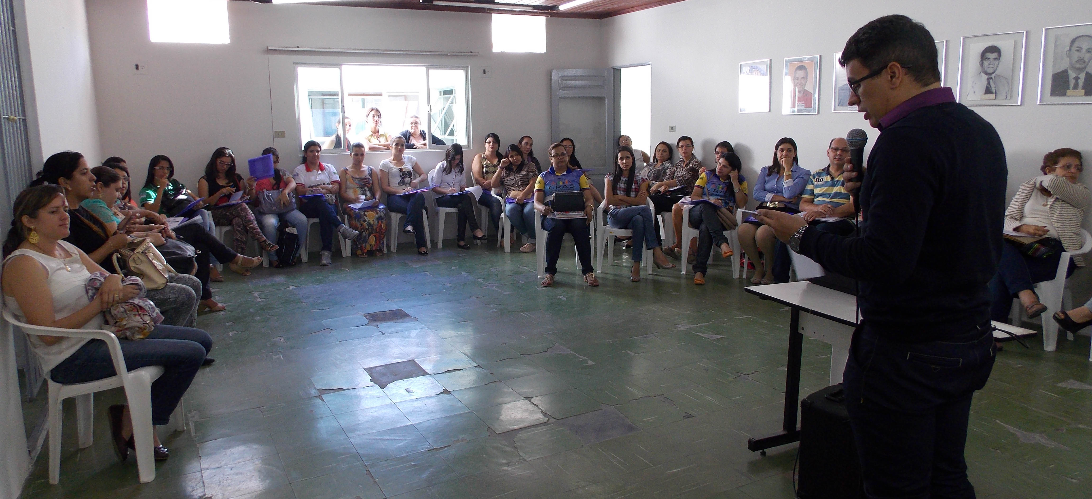 Contador Carlos Oliveira dá palestra sobre a execução e elaboração das Leis Orçamentárias. (Foto: Adelino Silva - Ascom/PMC)