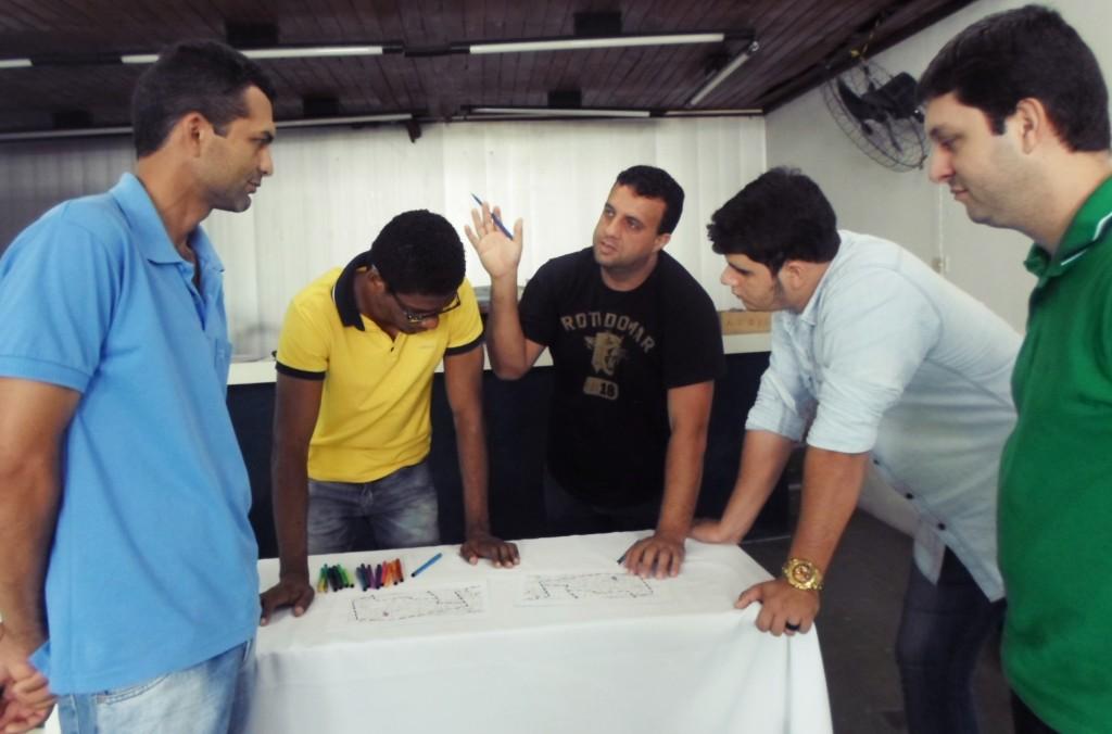 Equipe do Seminário pesquisando e analisando o mapa Municipal (foto: Maria Elizabete)