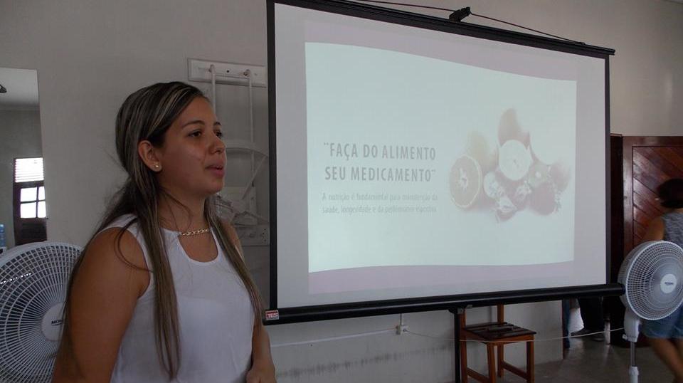 A nutricionista, Reyvdla Luna, falando sobre a importância da alimentação para os portadores da diabetes e hanseníase (Foto: Adelino Silva - Ascom/PMC)