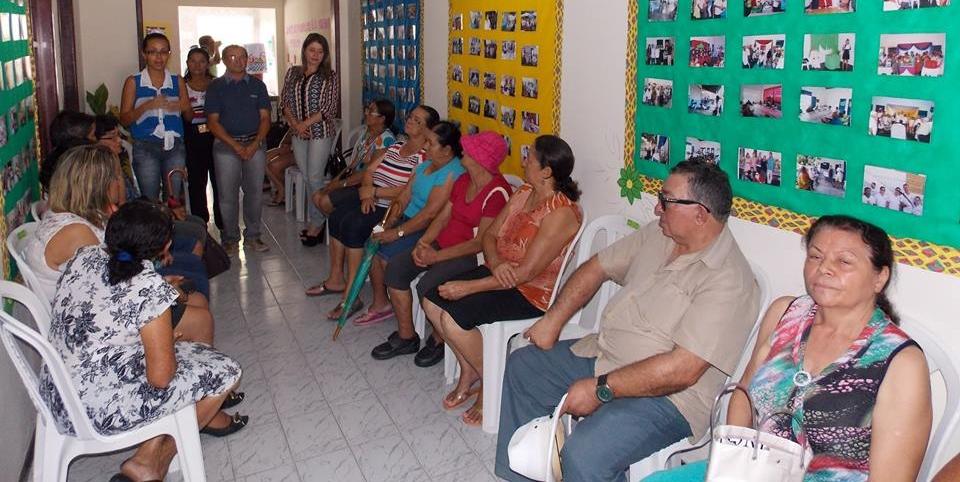 Público da melhor idade recebendo orientações dos presentantes do CCI (Foto: Adelino Silva - Ascom/PMC)