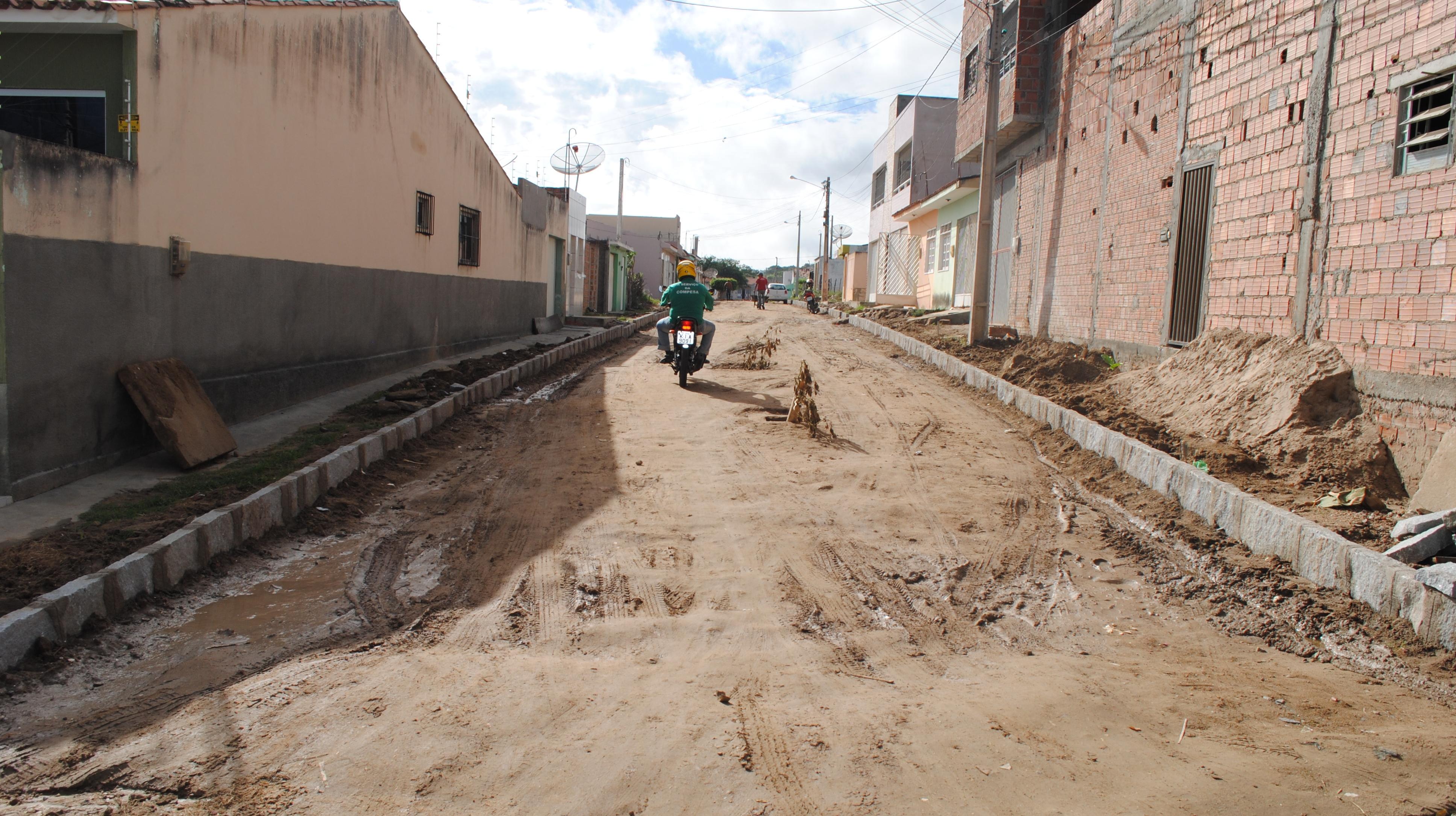 Pavimentação na Rua Antônia Barros da Silva, Moacir Soares.  (Foto: Adriano Amaro - Ascom/PMC)