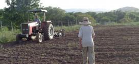 Agricultores são beneficiados com o programa aração de terras