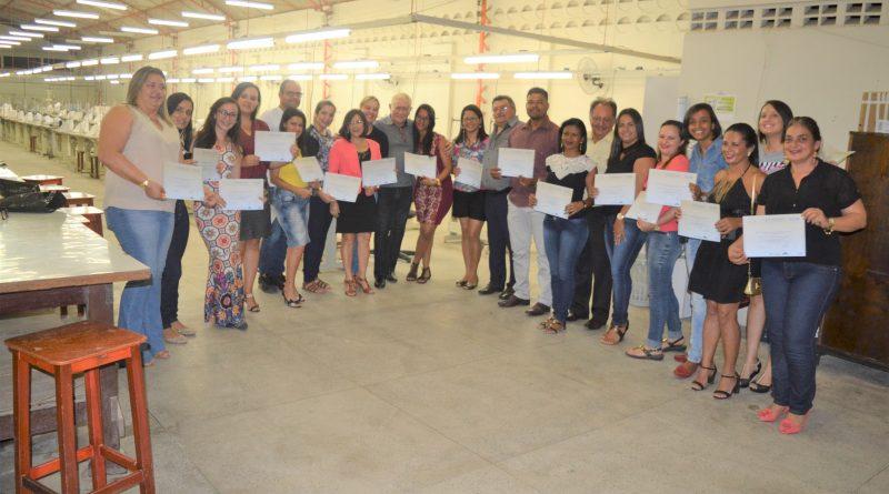 Alunos de cursos profissionalizantes recebem certificados no CVT