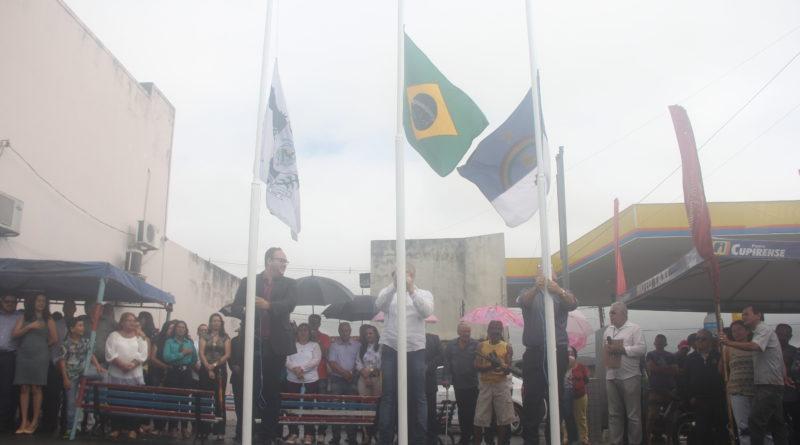 As comemorações da Independência do Brasil, em nosso município, são iniciadas com o hasteamento das bandeiras