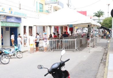 Agências bancárias têm filas organizadas para evitar aglomerações contra a COVID-19