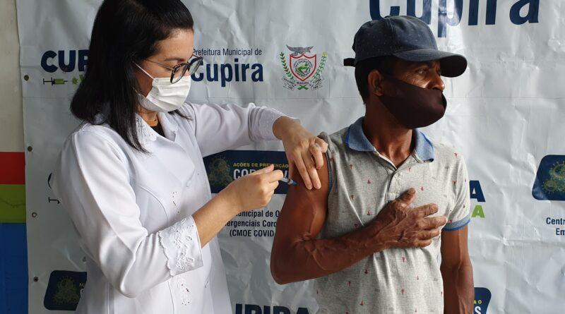 Profissionais de limpeza recebem segunda dose contra COVID-19
