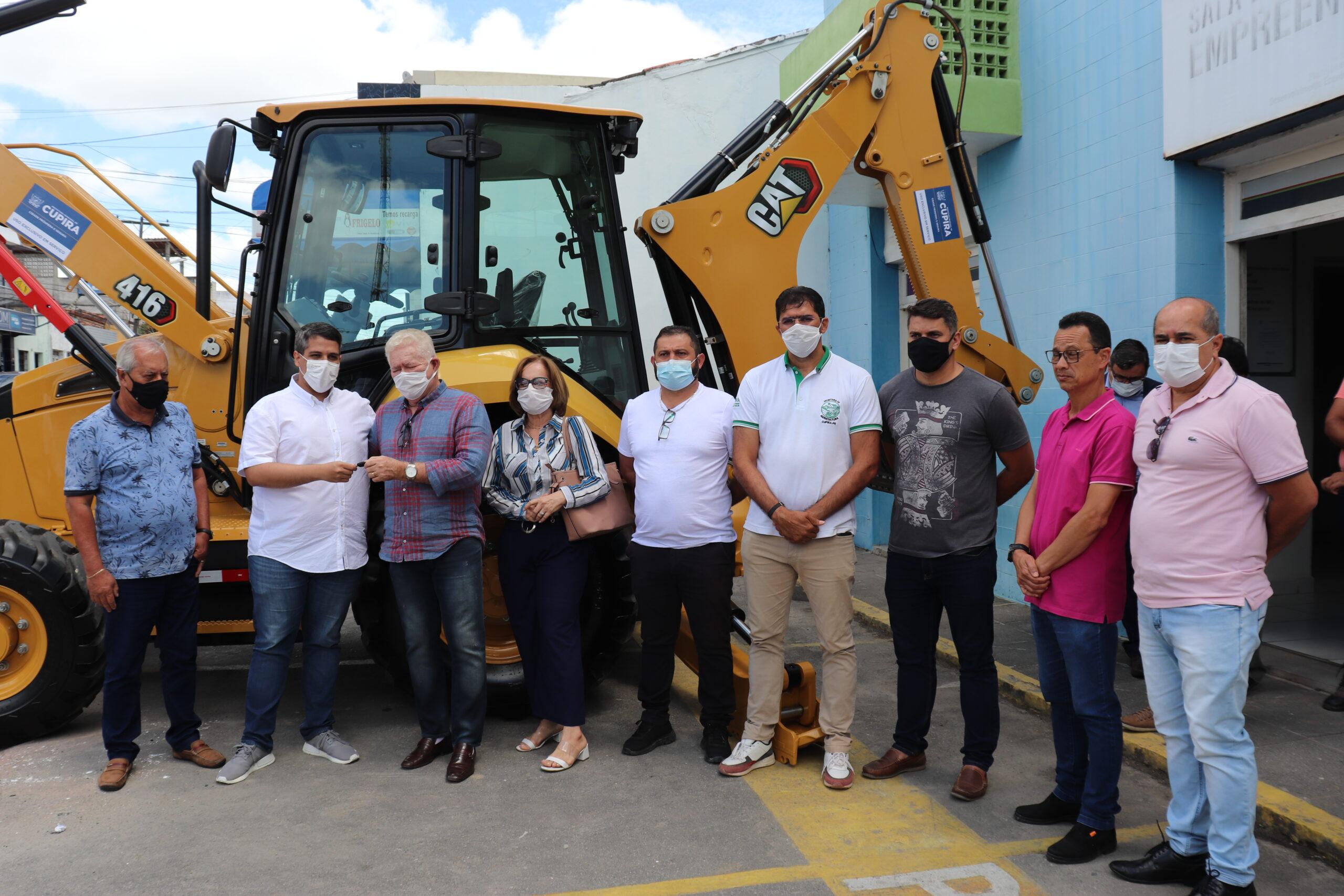 Cupira recebe mais uma retroescavadeira via emenda de Jarbas Vasconcelos